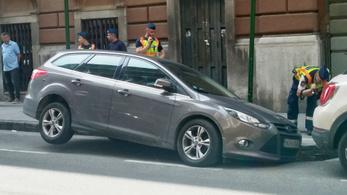 Beszakadt az aszfalt egy parkoló kocsi alatt a XIII. kerületben