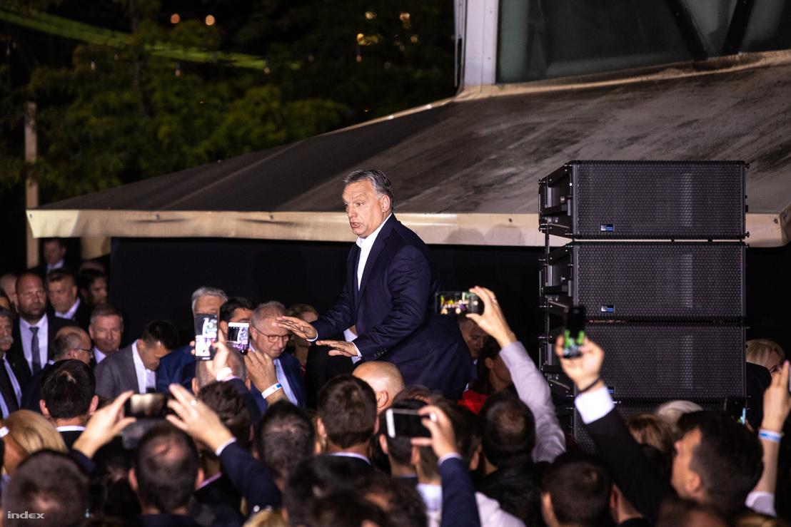 Orbán Viktor érkezik győzelmi beszédére a Fidesz Bálnában tartott eredményvárója után 2019. május 26-án.