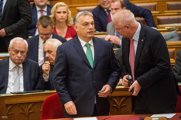 Orbán Viktor miniszterelnök (k) és Trócsányi László igazságügyi miniszter (k) az Országgyűlés plenáris ülésén 2019. május 27-én.