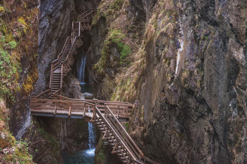 A Sigmund-Thun-szurdok pallóútja monumentális sziklák között kanyarog.