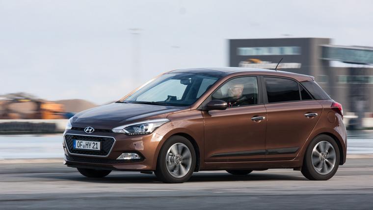 Az Hyundai i20-at a bemutatón Csikós folyton az egy mérettel nagyobb Astrához hasonlította, annyira komoly kis autó lett, bár pont a kétféle teljesítménnyel elérhető 1,25 literes szívómotort hozta fel gyenge pontként
