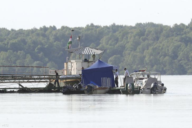 A május 29-ei dunai hajóbaleset egyik áldozatát szállítják el egy dunai mólóról a Fejér megyei Kulcsnál 2019. június 4-én.
