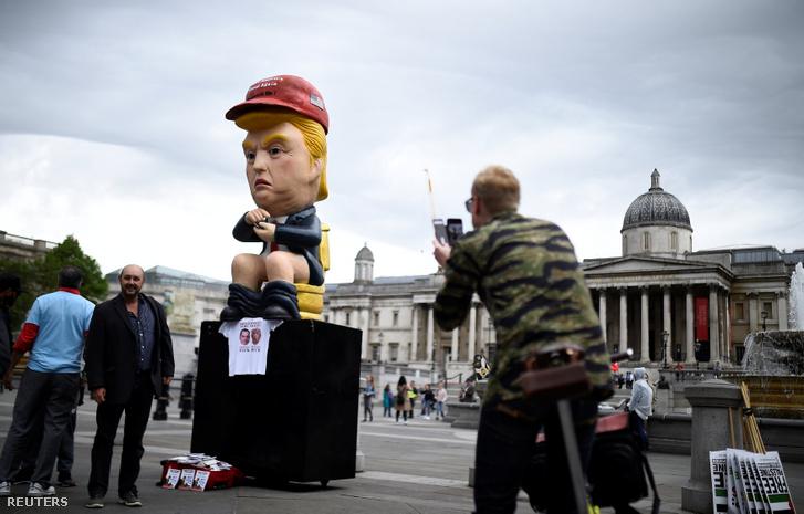 Felállítottak a Trafalgar Square-en egy közel öt méter magas, beszélő szobrot, ami Donald Trumpot ábrázolja, amint egy aranyozott vécén trónol. A sapka a fején és a póló a szobor alatt is az impeachment eljárás megindítására utal, párhuzamba hozva Richard Nixon egykori elnökkel.