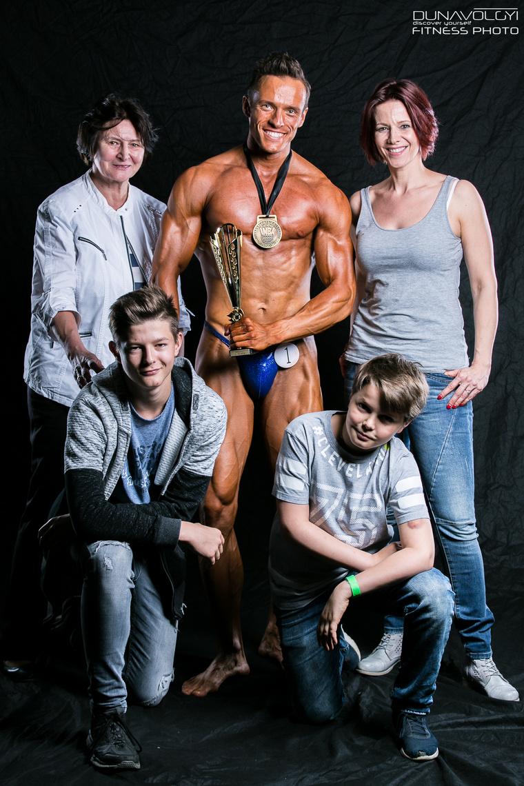 Itt pedig feleségével, Polyák Lillával, valamint az énekesnő-színésznő édesanyjával és két fiával.