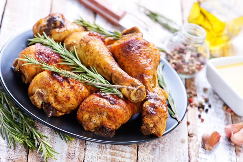 A legegyszerűbb variáció, ha a csirkecombot zöldfűszerekkel turbózva teszed a sütőbe. A ropogós hús titka, hogy magas hőfokon süsd, és locsolgasd. Rohanós hétköznapokra is érdemes bevetni, mert egy óra alatt elkészül.