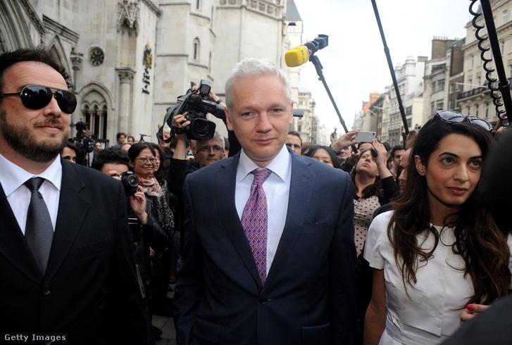 A Wikileaks-alapító Julian Assange Amal Alamuddin társaságában elhagyja a bíróságot 2011. július 13-án.