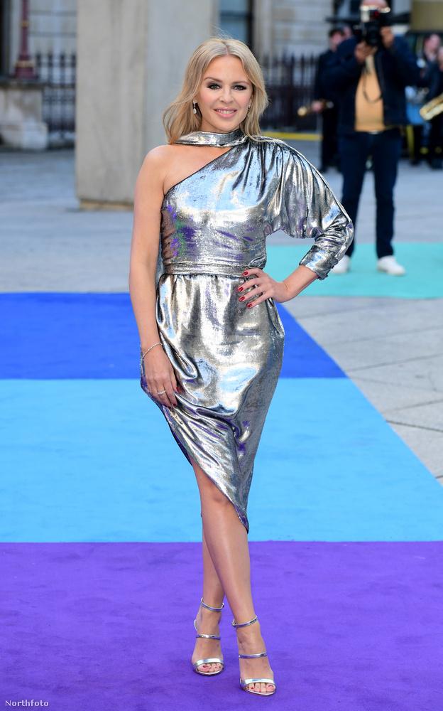 Ismét megnyitott a Royal Academy of Arts szokásos nyári kiállítás Londonban, amire több híresség, többek között Kylie Minogue is kíváncsi volt