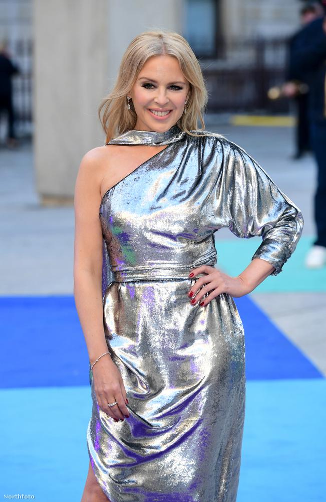 A vörös szőnyeges bevonuláshoz az énekesnő egy nagyon bizarr ezüstszínű ruhát választott, amiben úgy nézett ki, mintha alufóliával tekerte volna körbe magát, vagy egy sci-fi film castingjára készült volna.