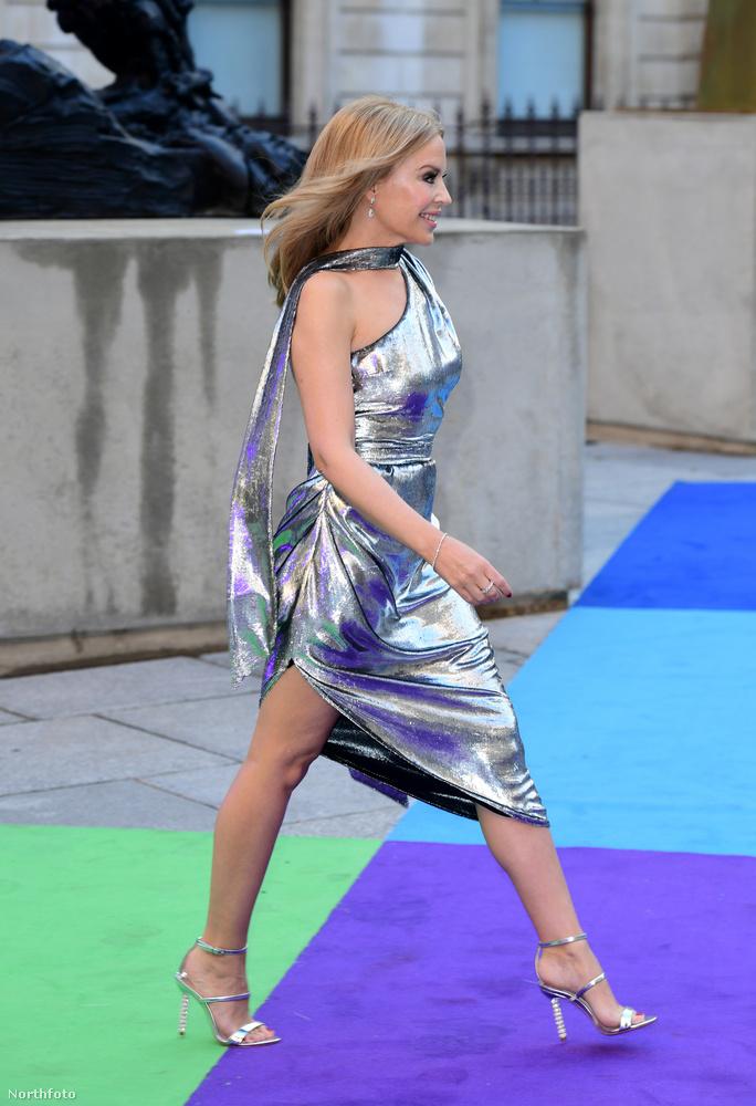 A balesetért valószínűleg nem a ruha szabása, sem egy esetleges akadály tehető felelőssé, hanem az énekesnő hatalmas tűsarkú cipője