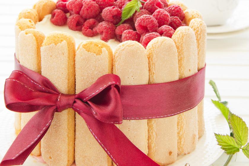 Málnás, krémes Charlotte-torta sütés nélkül: csábító desszert egyszerűen és gyorsan