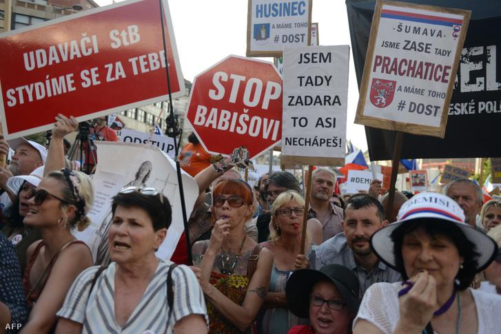 Andrej Babiš lemondásáért tüntetők Prágában 2019. június 4-én
