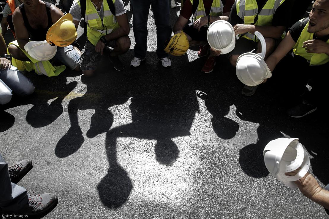 Görög bányászok tüntetnek Athénban 2017. szeptember 21-én.