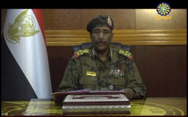 A szudáni állami televízió felvételéről készített képen Abdel-Fattáh al-Burháni altábornagy