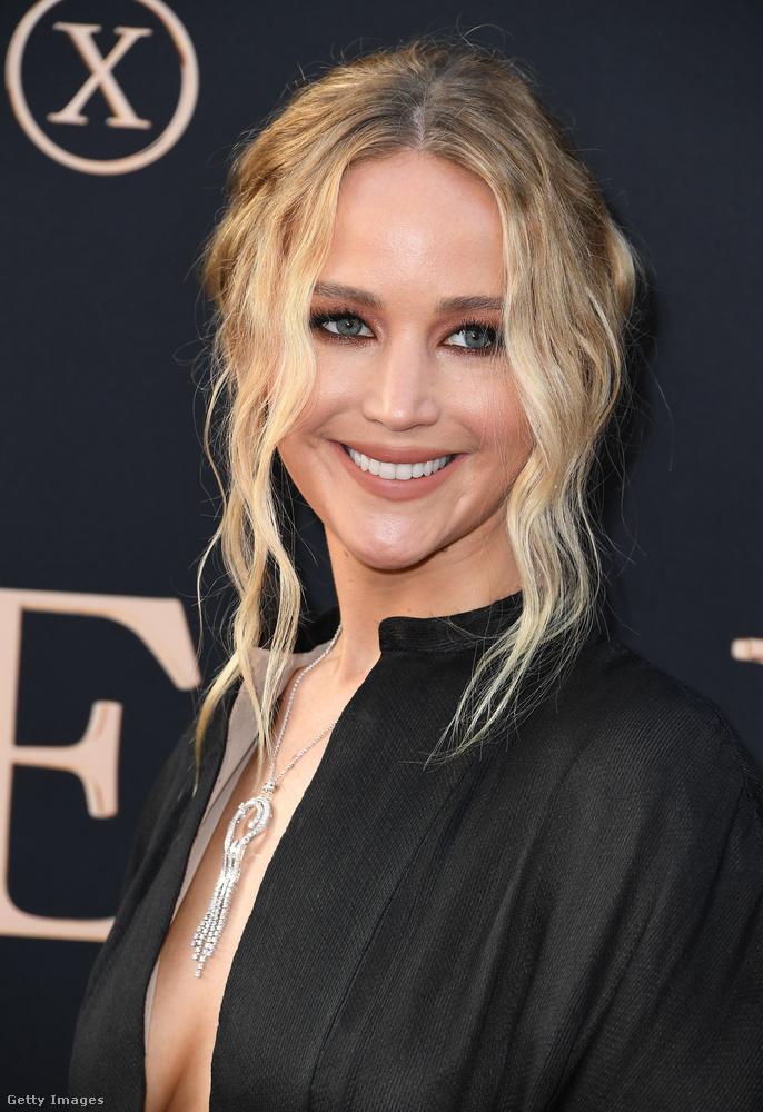 Jennifer Lawrence vagy nem tudta, vagy simán csak nem érdekelte, hogy mennyire belátni a dekoltázsába, ő csak boldogan mosolygott a kamerákba