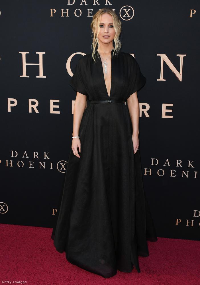 Már első pillantásra szembeötlő, hogy az egyszerű szabású fekete ruhának igencsak mély a dekoltázsa