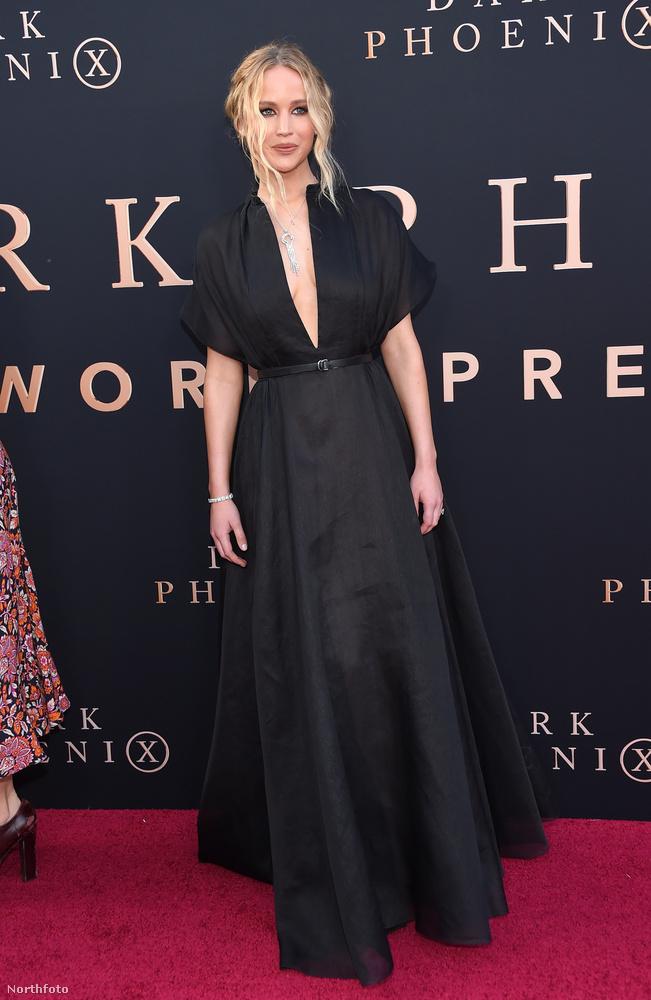Még szerencse, hogy Jennifer Lawrence ennyire nyugodtan tűrte a vakuk villogását és a rá jellemző kedvességgel mosolygott vissza.