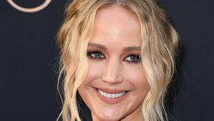 Köldökig dekoltált ruhában reklámozta az X-Ment Jennifer Lawrence