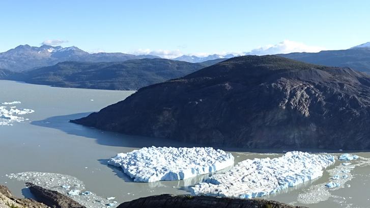 Olvadó Rey gleccser 2019. március 9-én, az egyike a legfontosabb gleccsereknek, aminek az olvadása felgyorsult az utóbbi két évben