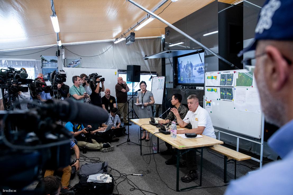 Sajtótájékoztatót tart Hajdu János, a TEK főigazgatója és Szong Szongun dél-korea budapesti katonai attaséja a TEK mobil központjában a Margitszigeten 2019. június 3-án.