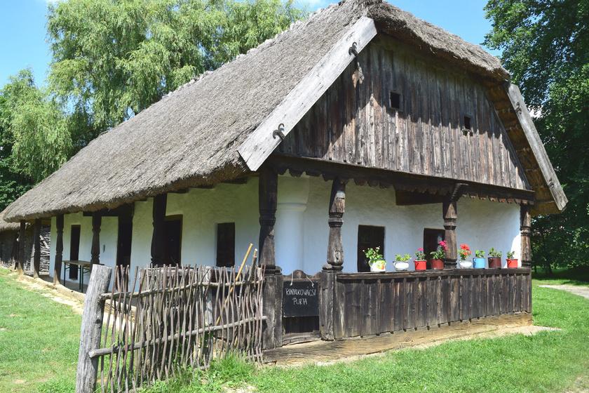 A Zselic gyöngyszeme Szenna, melynek különlegessége, hogy a falu kellős közepén van skanzene, így a muzeális jelleg mellett a település élő, szerves része maradt. A kulturális kincs Europa Nostra-díjat is kapott.