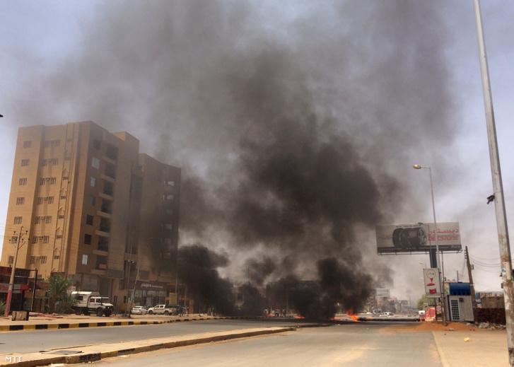 Tiltakozók által úttorlaszként emelt abroncsok égnek a szudáni haderő kartúmi főparancsnoksága közelében 2019. június 3-án miután a hadsereg megkezdte a demokratikus átmenet végrehajtására polgári kormányzást követelő ülőtüntetés feloszlatását. A biztonsági erők könnygázt vetettek be a hetek óta tiltakozók ellen és tüzet nyitottak rájuk.
