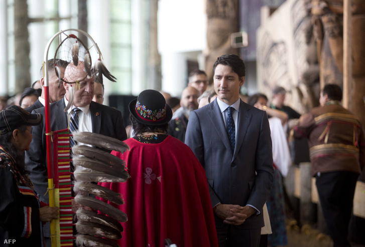 Justin Trudeau üdvözli a résztvevőket az gatineau-i Eltűnt és meggyilkolt nők és lányok nevű rendezvényen 2019. június 3-án.