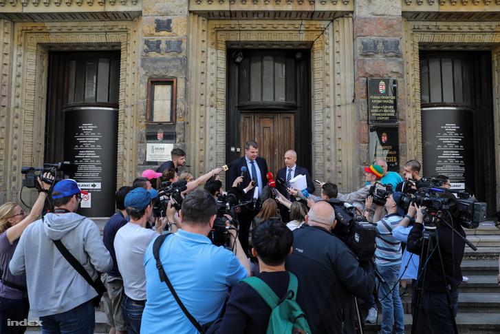 Viking Sigyn szállodahajó kapitányának ügyvédei nyilatkoznak a sajtónak 2019. június 1-én