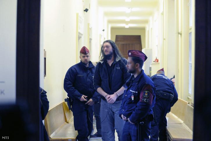 A soroksári futónő 2013-ban történt meggyilkolásával gyanúsított férfi várakozik a Budai Központi Kerületi Bíróság folyosóján a letartóztatásáról döntő bírósági tárgyalásra 2018. december 7-én.