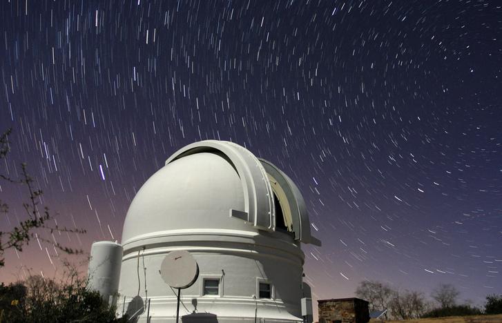 A kaliforniai Samuel Oschin teleszkóp egy hosszú expozícióval készült éjszakai fotón