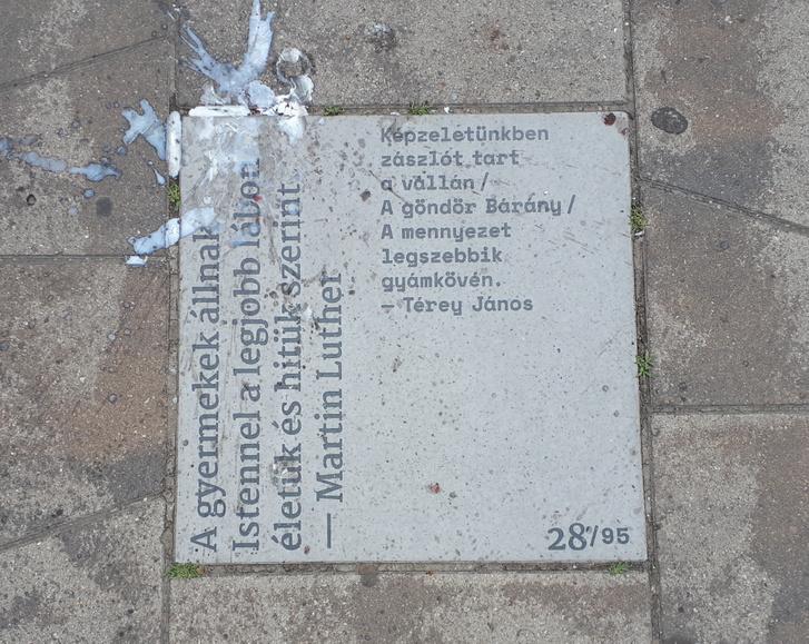 Gyertyaviasz-pecsétes Térey-idézet a Kálvin téren
