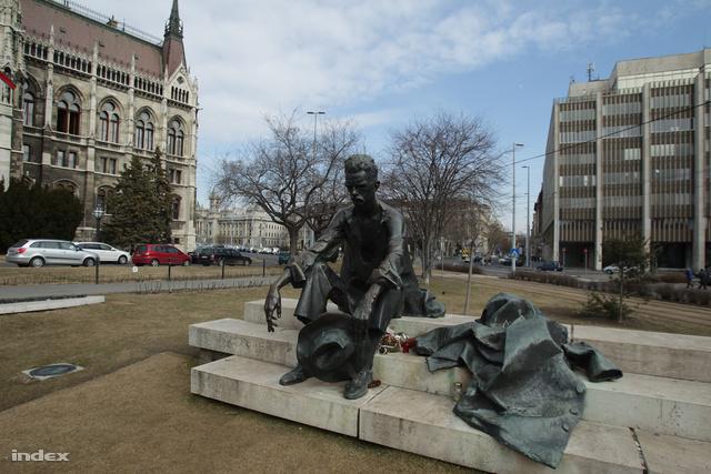 A szobor a jelenlegi helyén