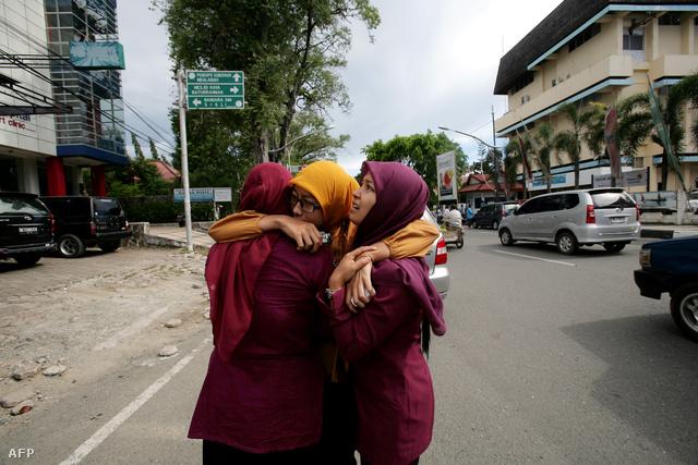 Utcakép Banda Aceh-ben a rengés után