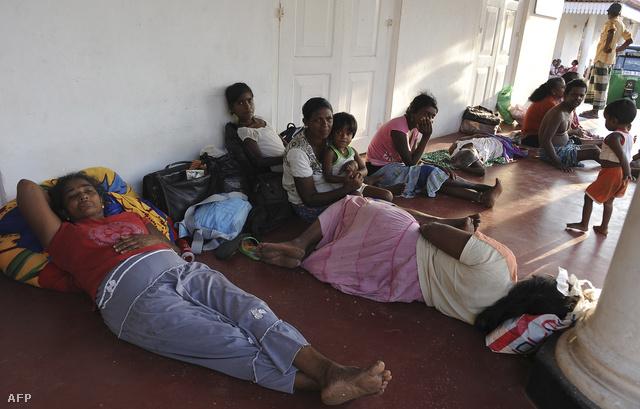 Sri Lankán a partmenti lakosok a magasabban fekvő fővárosba menekültek.