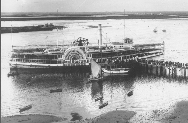 General Slocum. A manhattani egyházközség piknikje tragédiába torkollt, miután a hajón tűz ütött ki.