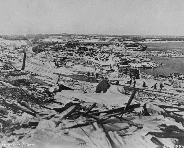 Robbanás Halifaxban. A teherhajó hadianyagokat szállított, a robbanás a fél várost letarolta.