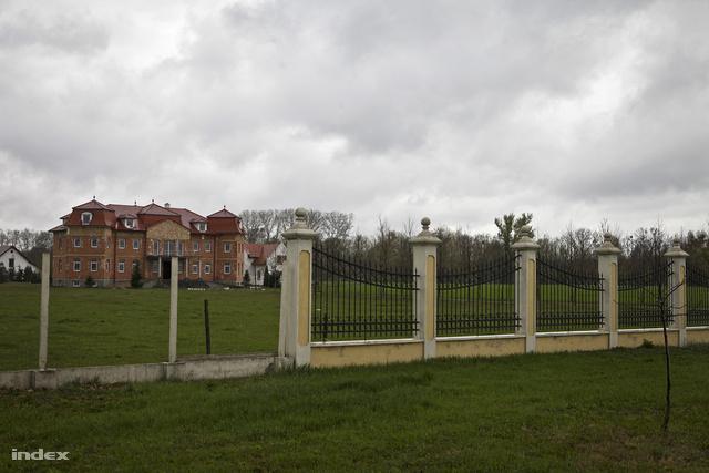 A falu melletti félkész kastély