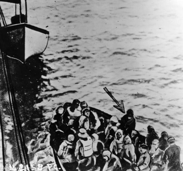 A képen jelölt Bruce Ismay órákkal később a mentőcsonakban megérkezik a Carpathia mellé