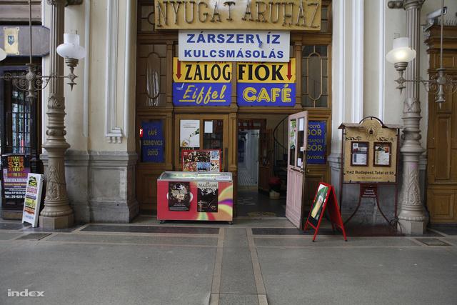 A kiüríteni kívánt terület bejárata a pénztárcsarnok felől nézve