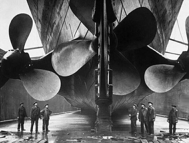 A Titanic hajócsavarjainak meghajtásához 29 gőzkazán táplált két                         óriási gőzgépet.