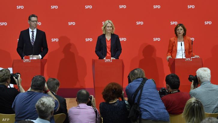 Balról-jobbra: Thorsten Schäfer-Gümbel, a párt hesseni tartományi vezetője, Manuela Schwesig Meckelnburg-Elő-Pomeránia tartományi miniszterelnöke és Malu Dreyer Rajna-vidék-Pfalz tartományi miniszterelnöke tart sajtótájékoztatót, miután Andrea Nahles bejelentette távozását 2019. június 3-án