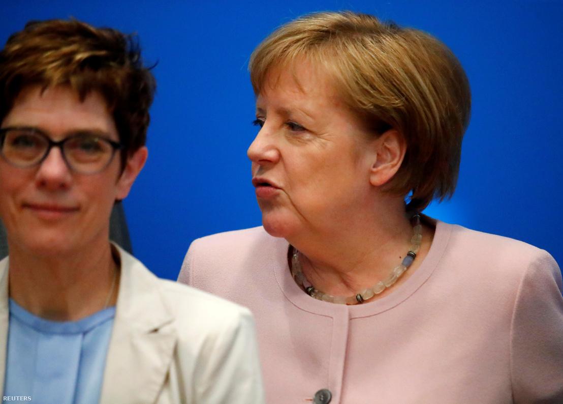 Annegret Kramp-Karrenbauer (balra) a CDU elnöke és Angela Merkel kancellár a párt berlini találkozóján 2019. június 4-én