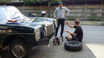 Ornbauba indulunk, Mercedes-találkozóra. Tehát dől össze minden