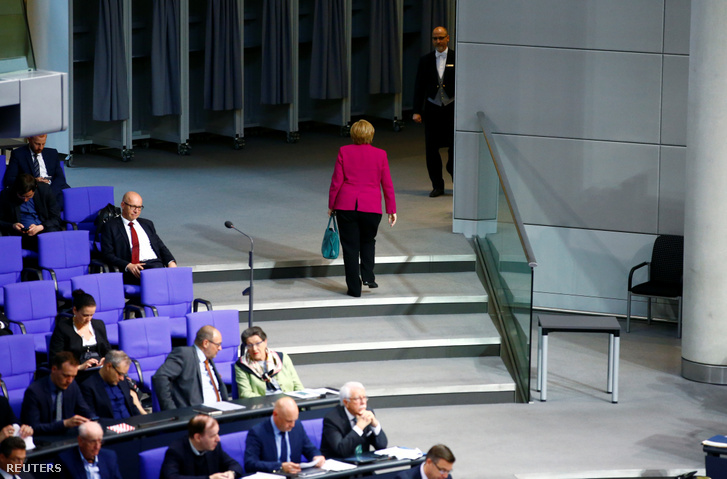 Angela Merkel német kancellár elhagyja a Bundestag alsóházát, a német alkotmány 70. évfordulójának ünnepi ülését 2019. május 16-án