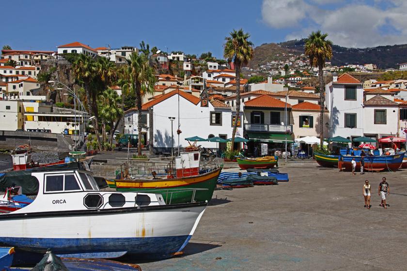 Madeira legnagyobb városa, Funchal tőszomszédságában található a kedves kis halászfalu, Câmara de Lobos, ahol a halászok nemcsak modern, nagy hajókkal, hanem hagyományos, színesre festett csónakokkal indulnak hálót eregetni az óceánra.