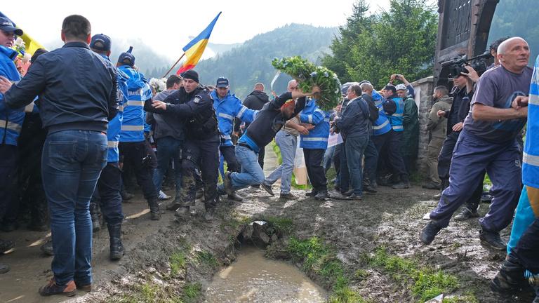 Zászlórudakkal támadtak román nacionalisták az élőláncot vonó székelyföldi civilekre és közszereplőkre
