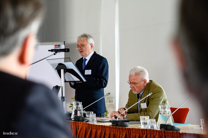 Dr. Király Miklós beszél, mellette Pálinkás József