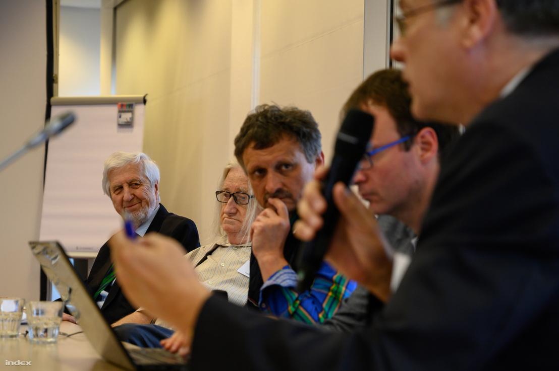 Jeszenszky Géza (bal oldalon), az Antall-kormány külügyminisztere, középen Gyurgyák János figyel az előadáson