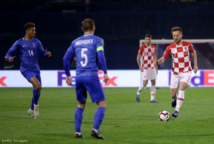 A horvát Ivan Rakitic (7) vezeti a labdát az azerbajdzsáni válogatott elleni mérkőzésen Zágrábban 2019. március 21-én.