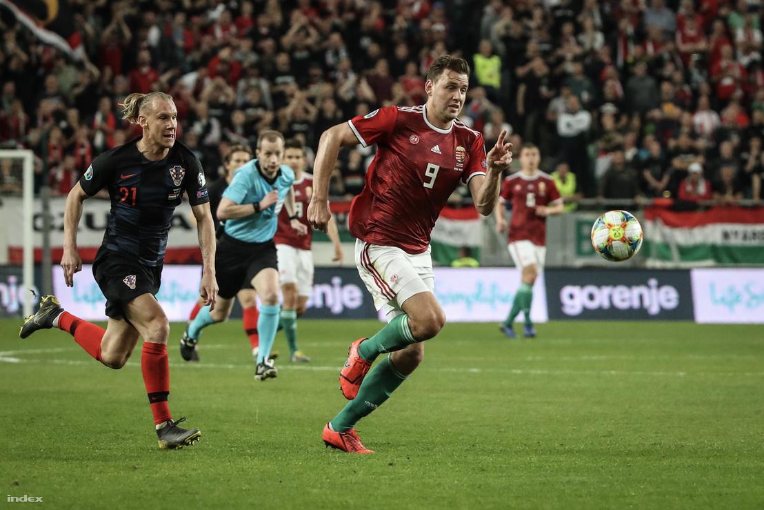 Szalai Ádám és Domagoj Vida a Magyarország–Horvátország labdarúgó Európa-bajnoki selejtező mérkőzésen a Groupama Arénában 2019. március 24-én.