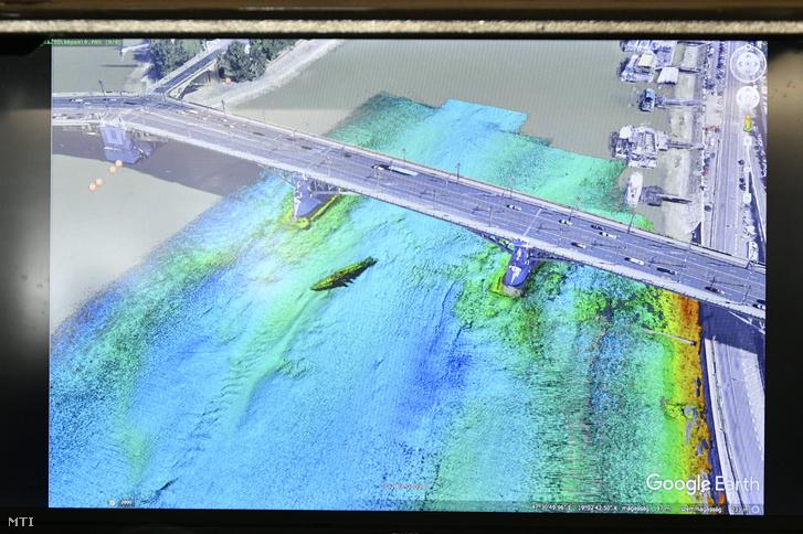 A GoogleEarth képéből és szonárfelvételből készített montázs a kivetítőn a Margit hídnál hajóbalesetben elsüllyedt Hableány turistahajóról a TEK sajtótájékoztatóján 2019. június 3-án.